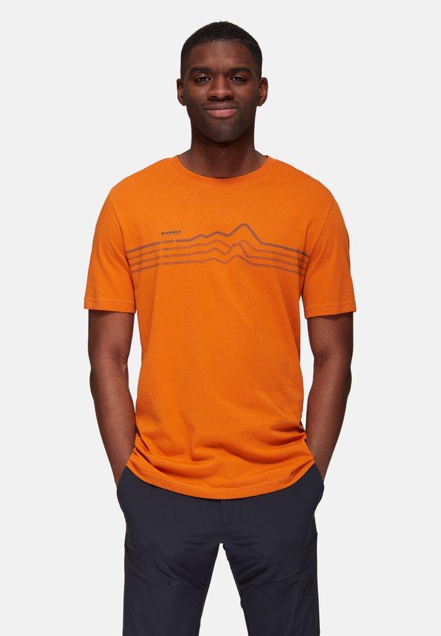 SEILE  - T-shirt con stampa - dark cheddar prt
