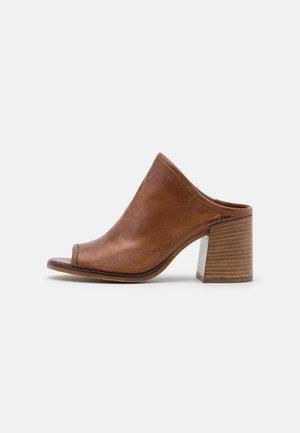 SUA - Pantofle na podpatku - mustard
