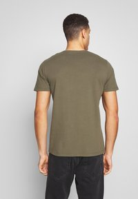 Abercrombie & Fitch - CREW MULTIPACK 5 PACK - Basic T-shirt - green/blue/white/red/grey - 2