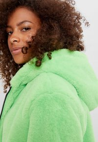 Bershka - MIT KAPUZE - Fleece jacket - green - 3