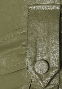 TWINSET - PANTALONE SPALMATO CON CINTURA - Trousers - verde alpino - 2