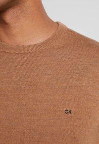 Calvin Klein Tailored - Stickad tröja - gold - 4