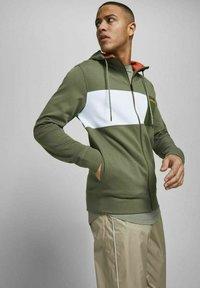 Jack & Jones - Zip-up sweatshirt - deep lichen green - 3