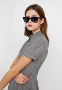 Ray-Ban - 0RB2140 ORIGINAL WAYFARER - Sunglasses - top grey on havana