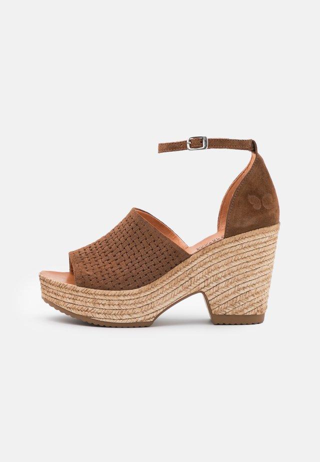 MESHA - Sandały na obcasie - brown