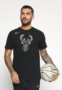 Nike Performance - NBA MILAUKEE BUCKS LOGO TEE - Klubbkläder - black - 0