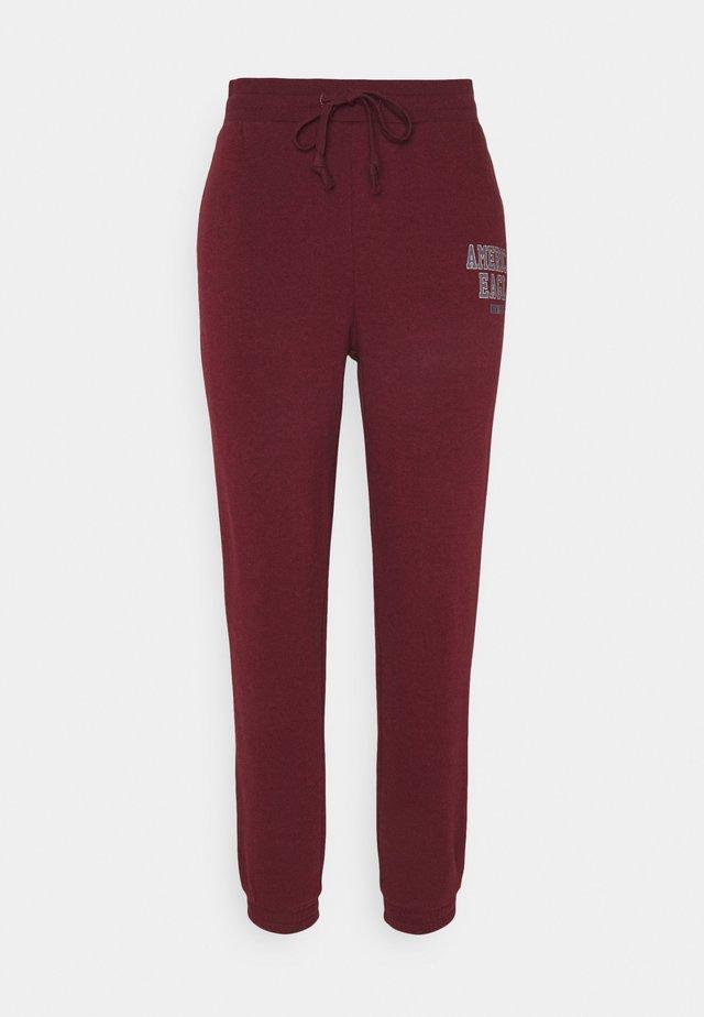 BRANDED PANT - Teplákové kalhoty - burgundy