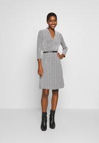 comma - DRESS SHORT - Pletené šaty - black - 0