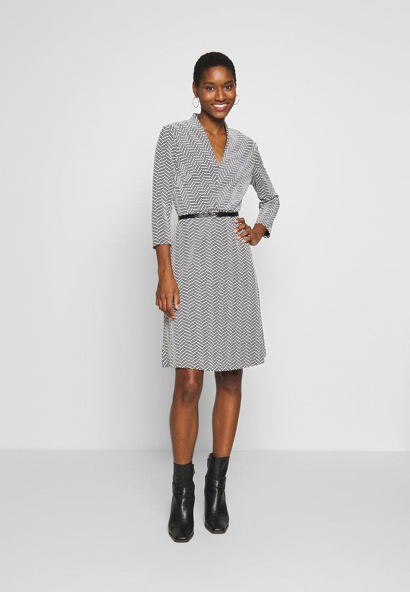 comma - DRESS SHORT - Pletené šaty - black