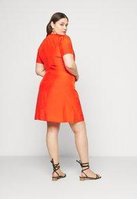Glamorous Curve - TIE FRONT SHIFT DRESS - Korte jurk - red orange - 2