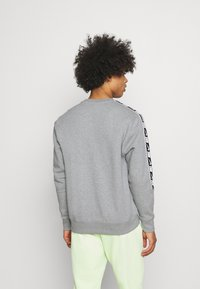 Nike Sportswear - REPEAT CREW - Sweatshirts - grey heather/white/black - 2