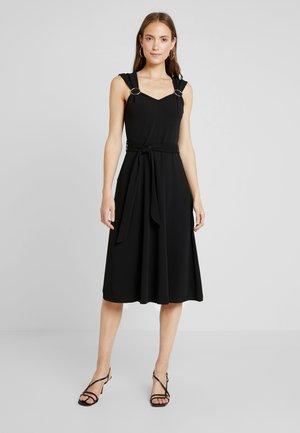 BUCKLE DRESS - Žerzejové šaty - black