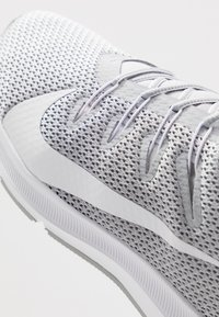 Nike Performance - QUEST 2 - Neutral running shoes - wolf grey/white - 5