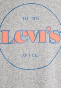 Levi's® - FIT TEE - Print T-shirt - greys - 2