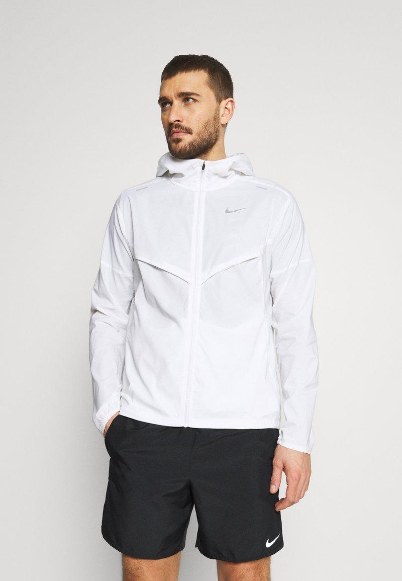 Nike Performance - WINDRUNNER - Chaqueta de deporte - white/silver