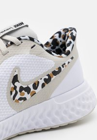 Nike Performance - REVOLUTION 5 PRM - Laufschuh Neutral - white/black/light bone/light brown - 5