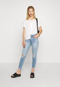 American Eagle - CURVY HI-RISE CROP - Jeans Skinny Fit - destroyed bright - 1