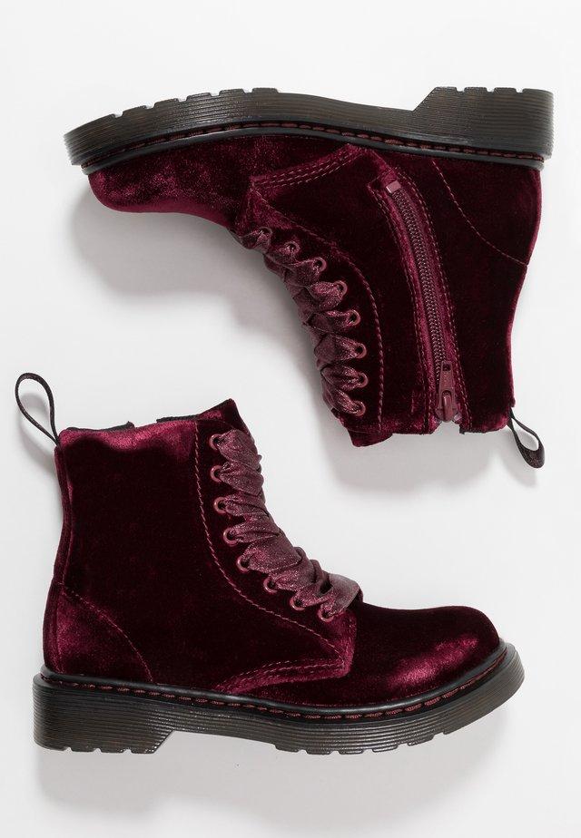 1460 PASCAL VELVET - Šněrovací kotníkové boty - cherry red