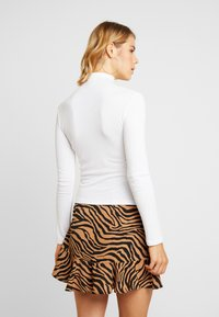 Missguided - O RING ZIP UP LONG SLEEVED - Long sleeved top - white - 2