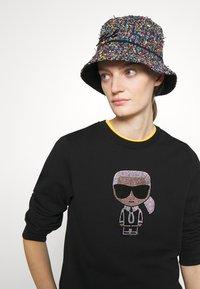 KARL LAGERFELD - SIGNATURE HAT - Klobouk - multicoloured - 0