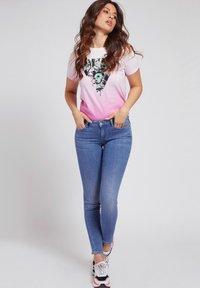 Guess - LOGODREIECK - Print T-shirt - rose - 1