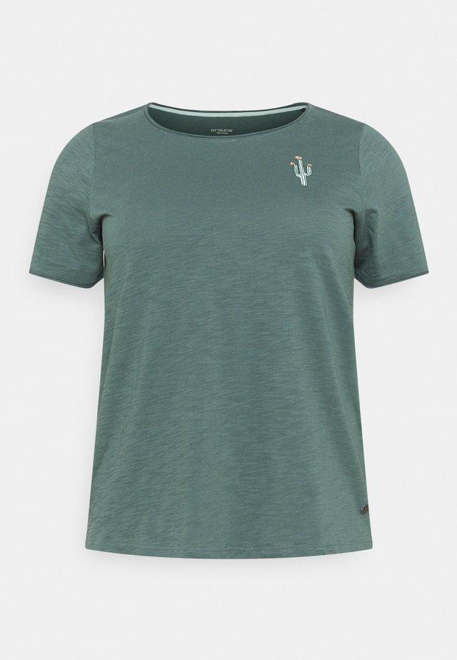 FRONT ARTWORK - T-shirts med print - washed jasper green