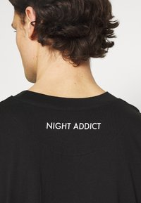 Night Addict - RIKU UNISEX - Printtipaita - black - 4