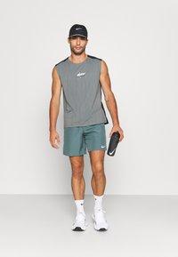 Nike Performance - CHALLENGER SHORT  - Korte sportsbukser - hasta - 1