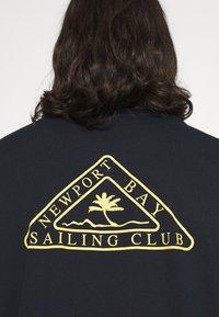 Newport Bay Sailing Club - PALM - Print T-shirt - navy - 5