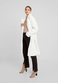Missguided - LONG LINE SHORT FUR COAT - Cappotto classico - white - 1