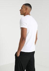 Lacoste Sport - BIG LOGO - T-shirt z nadrukiem - white/black - 2