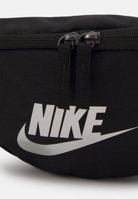 Nike Sportswear - HERITAGE UNISEX - Bum bag - black/metallic silver - 3