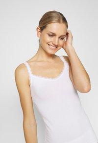 Marks & Spencer London - V NECK TRIM - Camiseta interior - white - 3