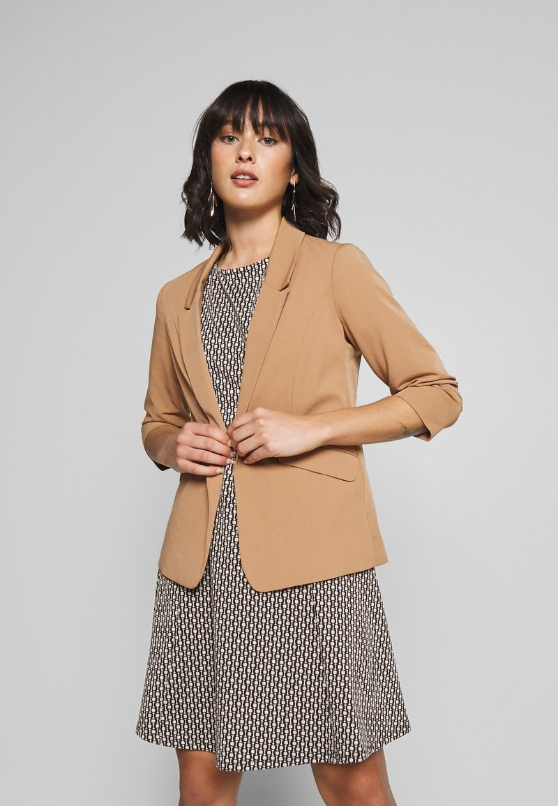 Dorothy Perkins Petite - EDGE TO EDGE ROUCHED SLEEVE JACKET - Blazer - light brown