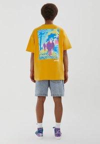 PULL&BEAR - PERSONEN - T-shirt med print - yellow - 2