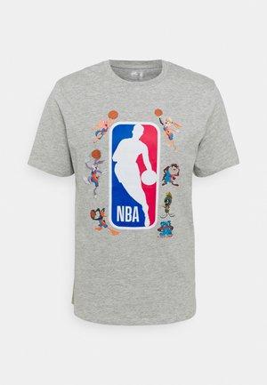 NBA SPACE JAM 2 SQUAD UP TEE - Print T-shirt - grey
