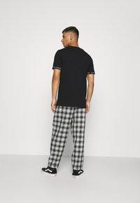 CLOSURE London - BRANDED CUFF TEE - T-shirt con stampa - black - 2