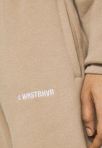 WRSTBHVR - FAITH PANTS - Tracksuit bottoms - roasted beige - 6