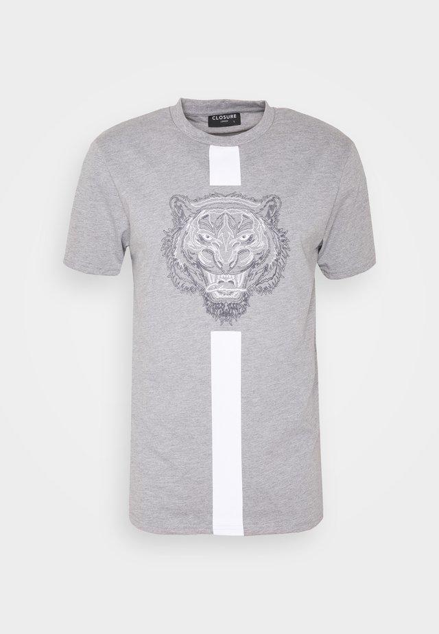 FURY TEE - Print T-shirt - grey
