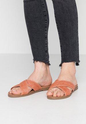 WIDE FIT FIZZ - Pantofle - rust