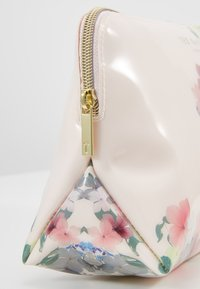 Ted Baker - TOSHIKO - Trousse - baby-pink - 2