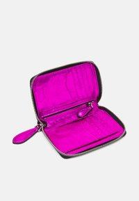 KARL LAGERFELD - IKONIK 3D PIN FOLD - Peněženka - pink - 2