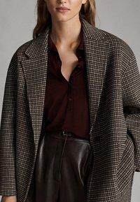 Massimo Dutti - MIT RUNDAUSSCHNITT UND KNOPFLEISTE  - Poloshirts - bordeaux - 4