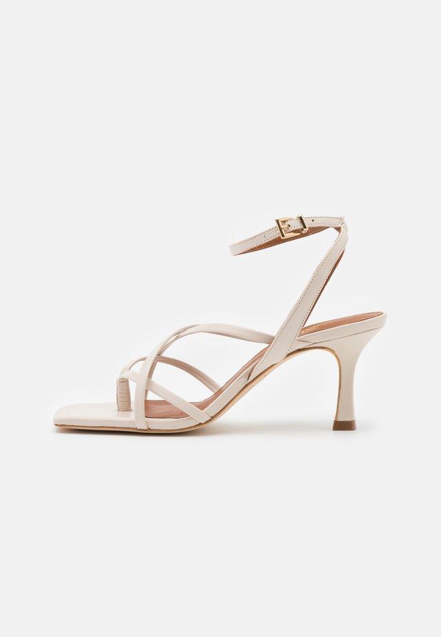 Sandaler m/ tåsplit - offwhite