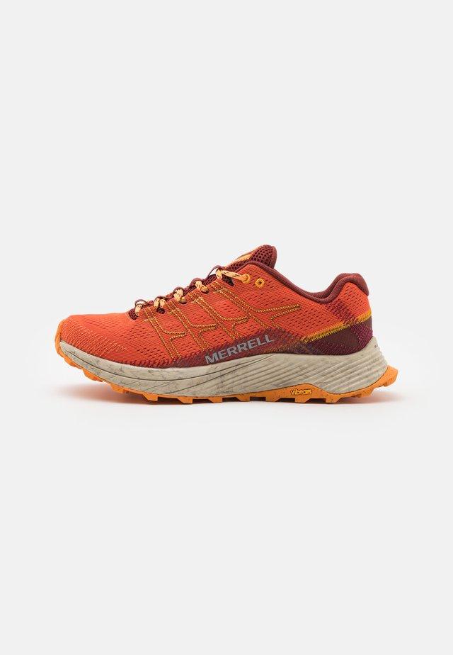 MOAB FLIGHT - Zapatillas de trail running - tangerine