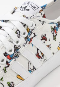 adidas Originals - NIZZA X DISNEY SPORT GOOFY - Sneakers - footwear white/scarlet/core black - 5