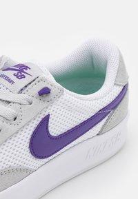 Nike SB - ADVERSARY UNISEX - Skateschoenen - grey fog/court purple/grey fog/white/lucky green - 5