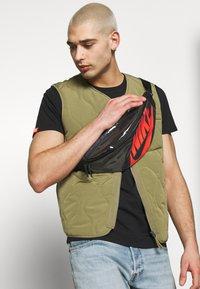 Nike Sportswear - HERITAGE - Bum bag - black/laser crimson - 1