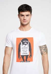 Mister Tee - BANKSY DO NOTHING TEE - T-shirt z nadrukiem - white - 4