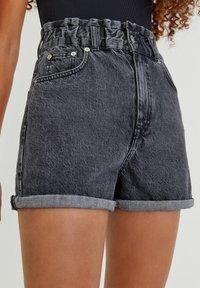PULL&BEAR - Szorty jeansowe - black - 0